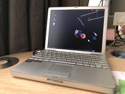 Day 2's lucky draw prize - a 12'' Apple PowerBook G4 running AOSC OS.