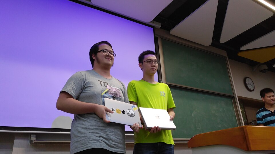 Xiaoxing, our resident webmaster, wins one of the Apple PowerBook G4's running AOSC OS from Day 2's lucky draw.